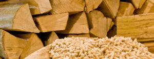 Holzpellets in einem Behälter. Die Pelletheizungen der Firma Urs Metzger AG halten Ihr Zuhause warm.