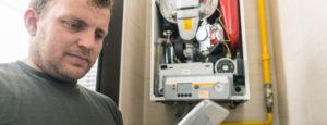 Ein Servicefachmann der Firma Urs Metzger AG kontrolliert gerade die Heizung eines Kunden.