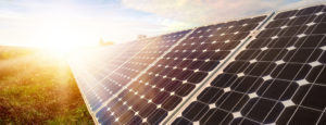 Eine Solaranlage auf einer grünen Wiese. Thermische Solaranlagen der Firma Urs Metzger AG aus Mumpf.