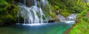 Schöner Wasserfall in der Natur.